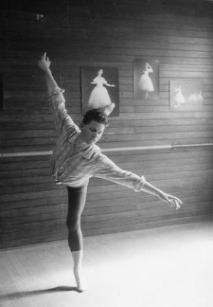 Robin Grove in the Ballet Guild studios (2), Melbourne ca. 1967. Photo: Vivien Jones