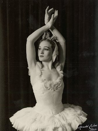 Laurel Martyn in 'Swan Lake', Borovansky Ballet, 1944. Photo: Ronald Esler