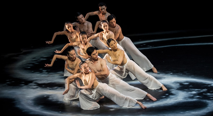 Moon Water performed by Cloud Gate Dance Theatre of Taiwan. Photo: © Liu Chen-Hsiang